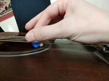 como sostener la pua de la guitarra correctamente como se ponen los dedos en la guitarra